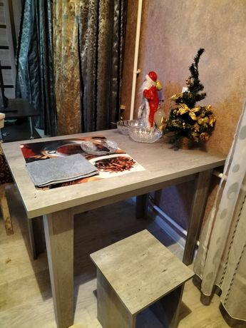 Новый кухонный стол и два табурета