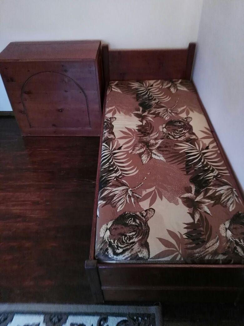 Продавам два броя дървени легла с матрци и ракли