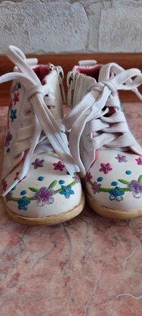 Детские обуви сандалии и ботинки