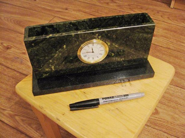 Бумажница из натурального камня с часами.