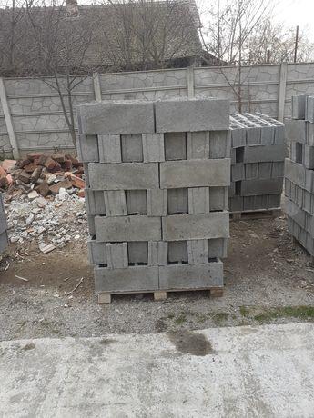 Boltari din beton pentru gard și pălării