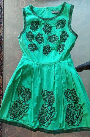 Продавам нова зелена рокля с бродерия от рози