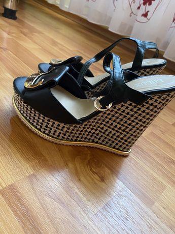 Vând sandale inalte