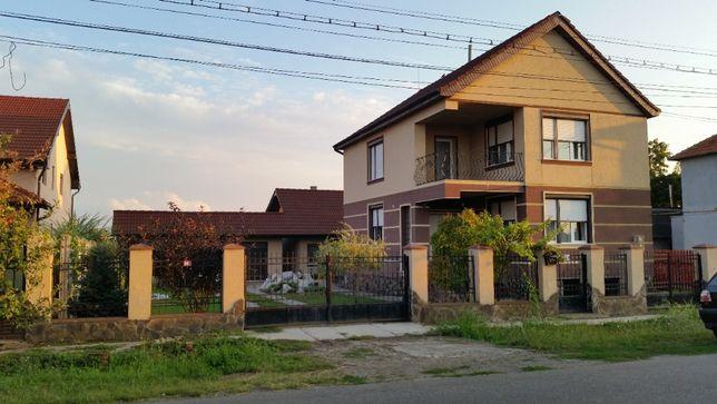 Vand casa familiala (2 case de locuit,anexa-garaj + 2 terase) si teren