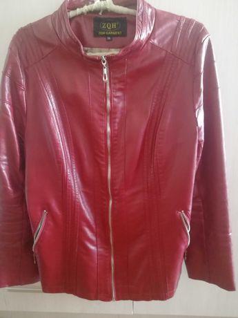 Продам куртку женскую за 8000 тенге.