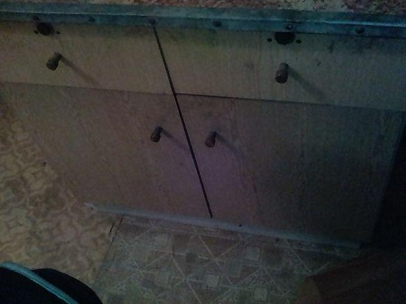 Шкафче с чекмеджета