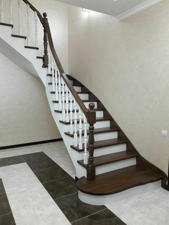 Металлические и деревянные лестницы . Кованые и деревянные перила.