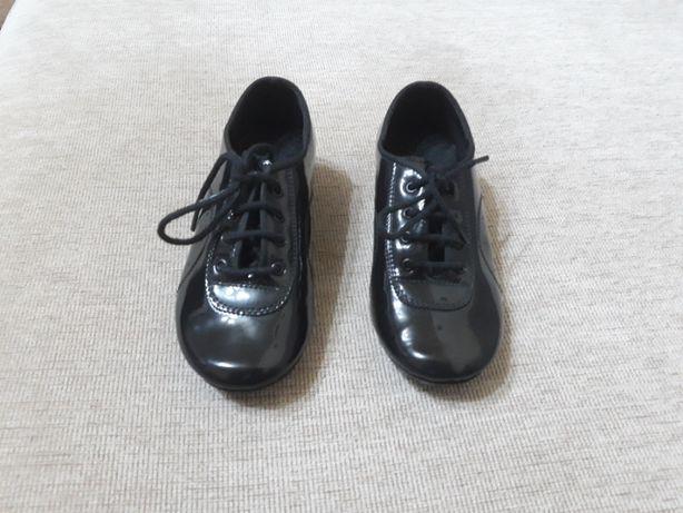 Pantofi dans baieti.