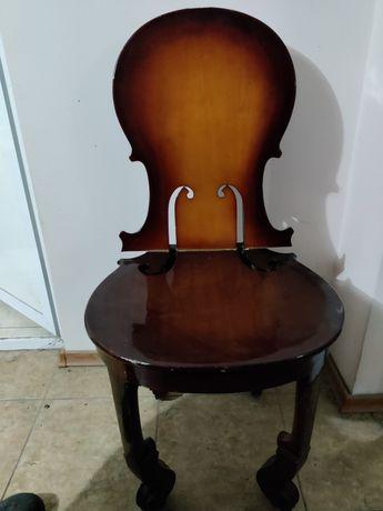 Scaun în forma de vioară
