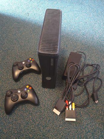 Consolă Microsoft Xbox 360 Slim, două controllere, cablu RCA/SCART