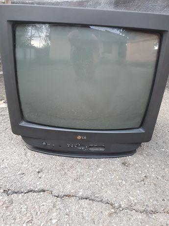 Televizor color cu diagonala de 50 cm