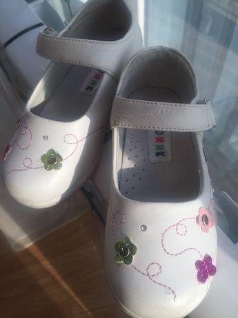 Нарядные белые туфельки 25 размер