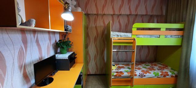 Двухяростная кровать/компьютерный стол с подвесными полками/шкафы