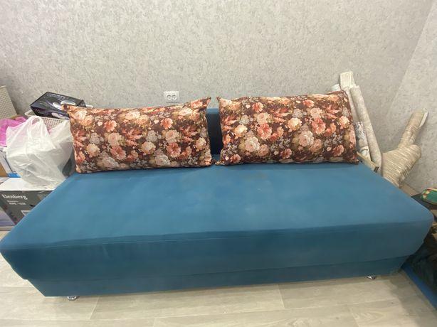 Срочно продаю раскладной диван голубого цвета с двумя подушками