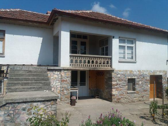 Двуетажна къща в село Смирненци