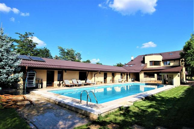 Vand domeniu zona rezidentiala: vila, piscina, teren si sala sport