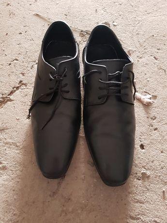 Продават се кожени обувки