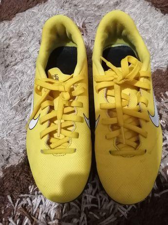 Adidași Nike băieți sală fotbal