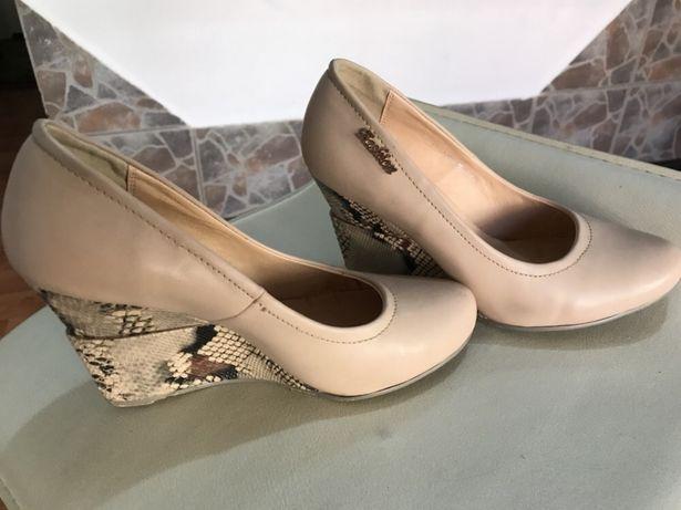 Vând pantofi talpa ortopedica