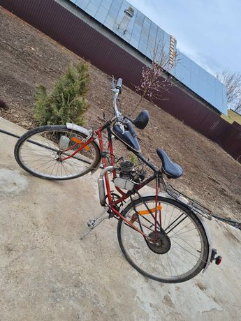 Bicicleta cu motor pe benzina