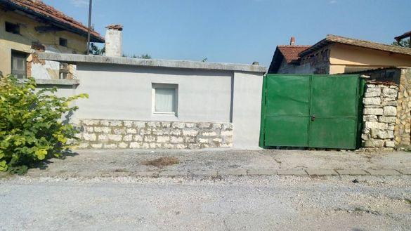Продавам къща с гараж и стопански постройки в гр. Луковит