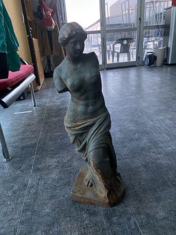 Статуя жена без ръце