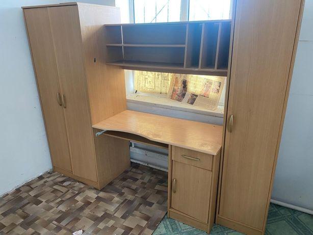 Шкаф с встроенным столом.
