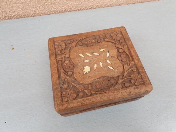 кутия дърворезба с инкрустация на камъни