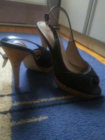 Отворени обувки с каишки
