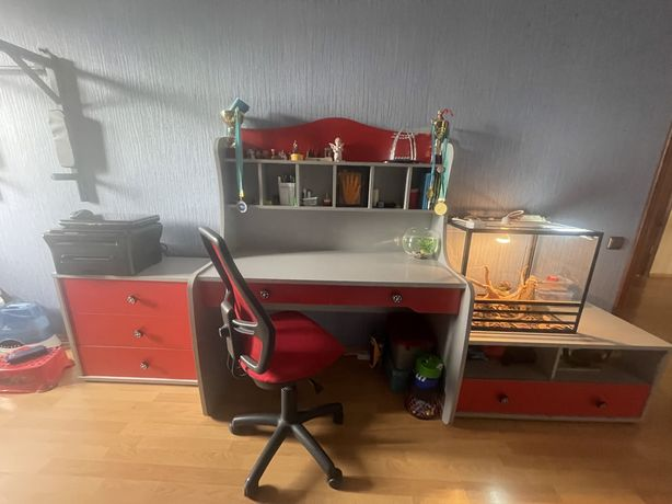 Продам письменный стол, комод, тумба и полки, кресло