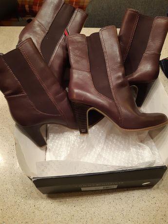 Vand doua perechi de cizme Tommy Hilfiger mărimea 37 si 39 .