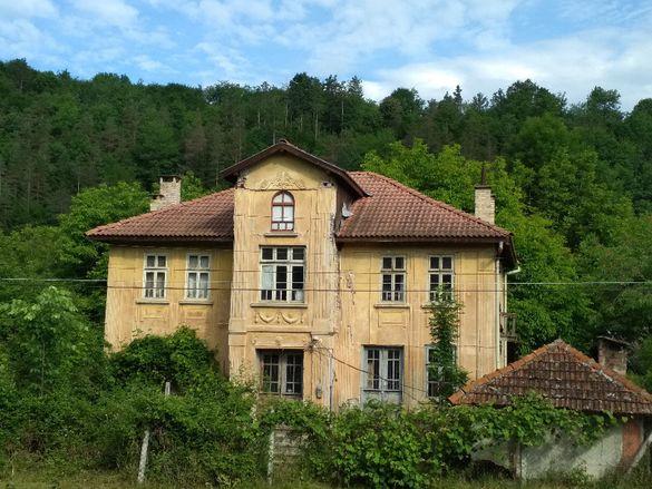 Красива двуетажна къща с 530 кв.м. двор в гр. Плачковци