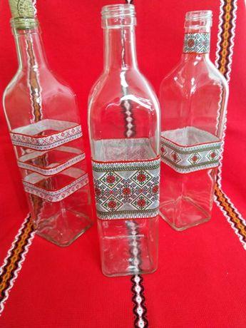 Стъклена бутилка с българска шевица