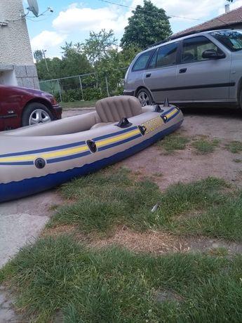 Надуваема лодка четири места