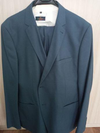 Элегантный пиджак костюма-тройка синего цвета с белыми частыми