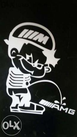 Код 10. Бмв М стикер пикаещо човече върху Мерцедес АМГ