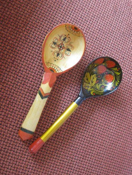 Колекция дървени лъжици и химикалки