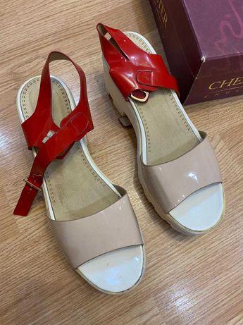 Продам б/у женскую обувь