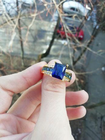 Inel auriu cu piatră albastră, mărimea/size 9 (nu e aur, nu e argint)