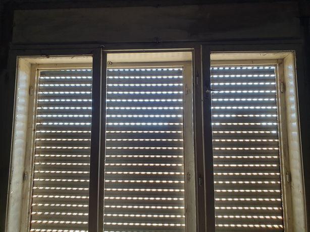 Ferestre cu geamuri și rulouri plastic