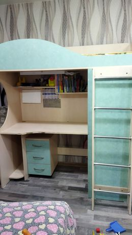 Продам кровать-чердак три в одном (кровать,стол, и шкаф).