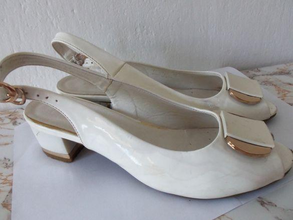 Бели и черни лачени обувки