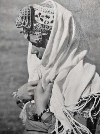 Стара фотография на жена в народна носия / традиционно облекло