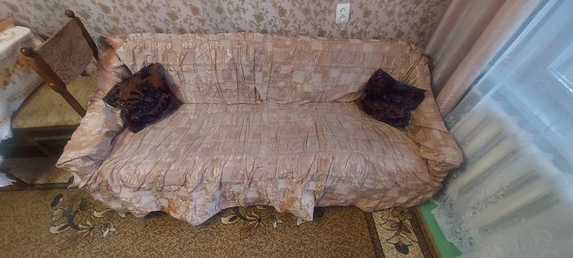 Старый диван с чехлом
