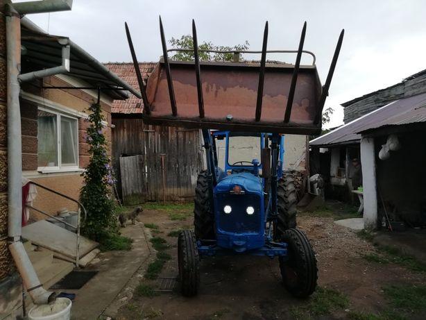 Tractor Ford Super Major cu încărcător frontal și furca