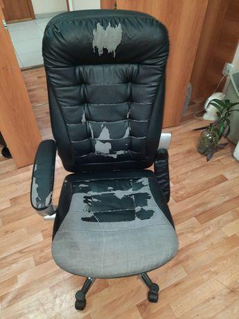 Продам кресло на колёсиках в среднем состоянии. Сломана одна ручка.