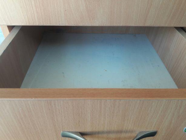 пррдам маленький шкафчик с 3 мя выдвижными ящиками в хорошем состоянии