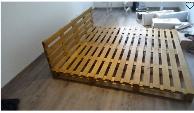 Спальная кровать из деревянных поддонов