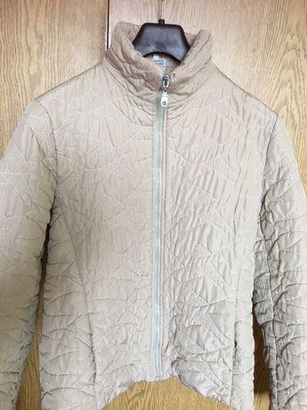 Продавам пролетно-есенно яке, екрю,размер М,лека подплата и релефно