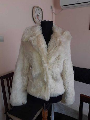 Бяло пухкаво яке с косъм